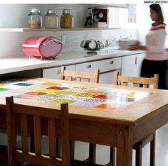 Azulejos assinados por Calu Fontes colorem o centro da mesa, de peroba rosa. Para que o acabamento ficasse perfeito, foi feito um rebaixo de 4 milímetros na madeira.