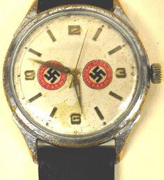Hasta en sus relojes ponían la svastica.