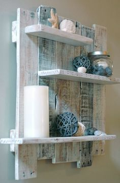étagère en palette de bois, bougies blanches, étole de mer
