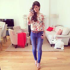 Blusa de tecido leve, estampada Sapatilha nude Calça skinny jeans