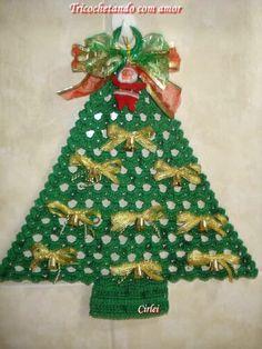 Olá amigas   Uma árvorezinha de Natal para você pendurar na porta ou na parede.   Usei linha Bella da Pingouin e agulha de crochê nº 2,5 mm...