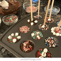 Hot Chocolate on a Stick (Easy Kid-Friendly Recipe) Place wooden sticks or spoons in your hot chocolate stirrers. Hot Chocolate on a Stick (Easy Kid-Friendly Recipe) Place wooden sticks or spoons in your hot chocolate stirrers. Christmas Snacks, Christmas Cooking, Homemade Christmas, Holiday Treats, Holiday Recipes, Christmas Treats For Gifts, Diy Christmas, Hot Chocolate Party, Christmas Hot Chocolate