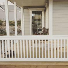 villakallgren.blogg.se - Under 10 år har vi letat hus, drömt om ljumna sommarkvällar på en amerikansk veranda och plats för familj och vänner. Nu förverkligar vi våra drömmar, häng gärna med på vår resa! Fence Gate, Fika, Balcony, Porch, Woodworking, Windows, Patio, House, Home Decor