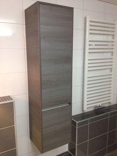 Badkamerkast opgehangen.