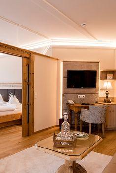 ca. 60 m2 süd-westseitig  Großzügige Wohlfühlsuite in rustikal-elegantem Ambiente mit viel Liebe zum Detail im 1. bzw. 2. Stock. Sie genießen ein Luxusbadezimmer mit Badewanne und Dusche sowie separatem WC. Alle Suiten sind ausgestattet mit Balkon oder Loggia, begehbarem Schrank sowie 2 TVs. Diese Suiten punkten zudem mit einem separaten Wohnraum mit kuscheliger Sitzecke und integrierter Schlafcouch bei Mehrbettbelegung. Traumhafter Blick auf die umliegende Landschaft. Elegant, Tvs, Oversized Mirror, Furniture, Home Decor, Luxurious Bathrooms, Fireplace Living Rooms, Bath Tube, Master Closet