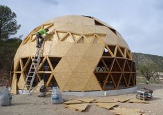 Domo exterior 01 low Green Building, Building A House, Dome Structure, Geodesic Dome Homes, Future Buildings, Dome Tent, Dome House, Earth Homes, Round House