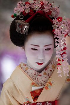 Maiko dressed with Kanzashi (Japanese hair accessory): photo b NAEYES