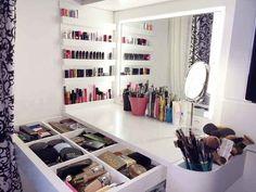 Ver uma coleção impecável de maquiagem.