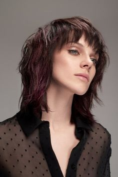 20 coupes de cheveux pour cacher ses rides - Most stylish hairstyles Uk Hairstyles, Straight Hairstyles, Haircuts, Stylish Hairstyles, Vog Coiffure, Straight Layered Hair, Curly Hair Styles, Natural Hair Styles, Medium Brown Hair