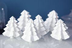 Noël approche à grands pas, il va falloir qu'on augmente la cadence pour finir notre beau Noël Blanc dans les temps ;) On attaque la décoration de table avec ces jolis sapins en papier, à poser sur...