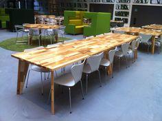 Twee gekoppelde TomToy tafels van 3 meter lang. Door Herso