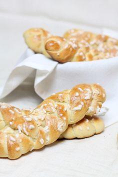Soffici brioche intrecciate, preparate con il lievito madre, ideali per la colazione da farcire con marmellata!