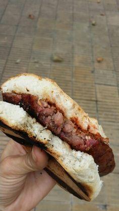 El clásico de cancha, juntadas de amigos, y domingos de asado en familia #ComidasArgentinas Hot Dog Buns, Hot Dogs, Specialty Sandwiches, Sliders, Bread, Places, Travel, Food, Buenos Aires