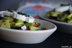 salade de lentilles, tomates séchées, avocats et fromage de chèvre frais