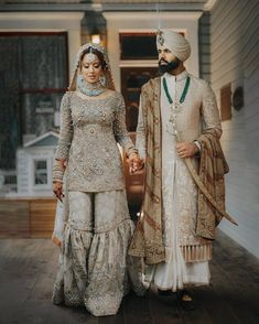 2019 couples are all about experimenting with their wedding looks and this one is totally giving us major wedding outfit goals. Sikh Bride, Punjabi Bride, Sikh Wedding, Indian Wedding Outfits, Punjabi Wedding, Pakistani Outfits, Wedding Attire, Pakistani Wedding Photography, Wedding Lehnga