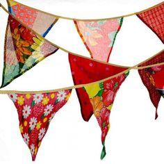 Com estampas diversas, as bandeirinhas de chita alegram a festa! Com aproximadamente 2,70m x 25cm de tamanho, tem a vantagem de guardar para o ano que vem ou decorar outras reuniões. Na Rica Festa, custa R$ 45,90.