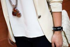 look-flare-jeans-maxi-colar-tshirt-branca-tranparencia-bolsa-branca-blazer-bege-drops-das-dez-4