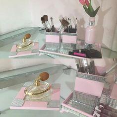 Lindo Kit  porta maquiagem com bandejinha para perfumes. Na cor rosa, decorado com espelho. Acompanha a garrafinha para decoração. Organize sua maquiagem. #makeup #presentes #mariadiva#diadosnamoradosadiantado #presentenamorados #decoracao#decoracaodefestas #decoracaoinfantil #decoracaocriativa #maquiagem #love #amor