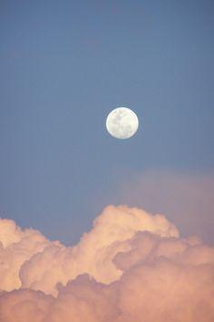 I love the moon... but I really LOVE a day moon.. <3