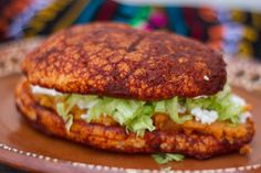 Una receta deliciosa y muy auténtica creada por @anagzz98 para hacer Pambazos al estilo del Bajío mexicano, bañados en una salsa de guajillo y freídos en aceite, y por supuesto con el tradicional relleno de papa con ch…