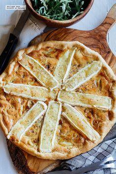 Tarta de cebolla caramelizada y queso Camembert. Receta fácil para la cena