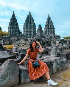 Candi Prambanan Sleman Yogyakarta Indonesia Check out inspirational travel quotes to keep you inspired when you're planning your next trip! Ulzzang Fashion, Ulzzang Girl, Korean Fashion, Ootd Poses, Travel Pose, Travel Pictures Poses, Best Photo Poses, Casual Hijab Outfit, Selfies