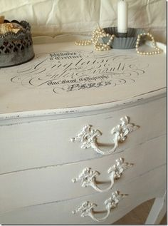 Shabby Chic Painted Furniture - painted and distressed with French graphics - via Mi Baul Vintage and Chic Baños Shabby Chic, Muebles Shabby Chic, Chabby Chic, Shabby Chic Bedrooms, Shabby Cottage, Shabby Chic Furniture, Painted Furniture, Bedroom Furniture, French Decor