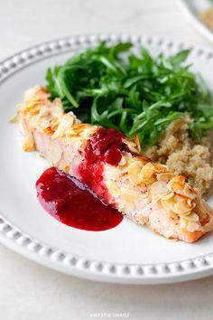 Łosoś pieczony w migdałach z sosem malinowym i rukolą Cashew Chicken, Polish Recipes, Seaweed Salad, Tasty Dishes, I Love Food, Food Photo, Nutella, Risotto, Favorite Recipes