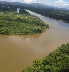 Le #Maroni, fleuve séparant la #Guyane (à droite) du #Surinam (à gauche) #Tourisme
