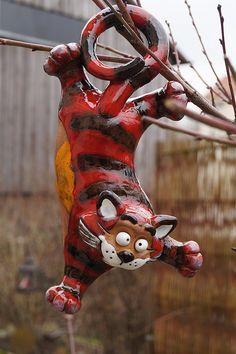 Keramik Katze hängend Gartendekoration Steinzeug Handarbeit Frostsicher: Amazon.de: Garten