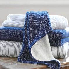 beautiful, quick-drying cotton towels are made from remarkably absorbent and plush terry, while the other side catches your eye with its patterned gauze, first created for traditional kimonos. BATH x HAND x WASHCLOTH x Azul Indigo, Mood Indigo, Indigo Blue, Bathroom Towels, Bath Towels, Minimalist Pattern, How To Fold Towels, Traditional Kimono, Dream Bath