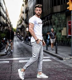 Ideas For Casual Wear Chinos Pants For Men – Men's style, accessories, mens fashion trends 2020 Men With Street Style, Style Men, Costume Classe, What Are Chinos, Photography Poses For Men, Fashion Photography, Casual Wear For Men, Herren Outfit, Man Style