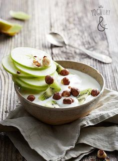 Kiwi+&+Eple+&+Hasselnøtter - Se flere spennende yoghurtvarianter på yoghurt.no - Et inspirasjonsmagasin for yoghurt. Breakfast Ideas, Breakfast Recipes, Green Kitchen, Kiwi, Food Styling, Yogurt, Panna Cotta, Brunch, Pudding