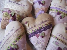 Per chi ama il Violetta Fabric Hearts, Lavender Sachets, Pin Cushions, Pillows, Be My Valentine, Violet, Diy Cards, Heart Shapes, Hand Sewing