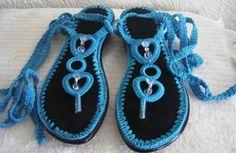 Como No Tempo da Vovó: Crochê também nos pés Crochet Shoes Pattern, Shoe Pattern, Crochet Patterns, Crochet Sandals, Crochet Slippers, Thread Crochet, Knit Crochet, Crochet Flip Flops, Shoe Makeover