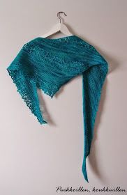 Niin kaunis huivimalli ja helppoa neuloa tämä Heidi Alanderin Nurmilintu . Langaksi valitsin Louhittaren Luolan Väinämöistä sävyssä Laguuni,... Shawls And Wraps, Knitting, Scarfs, Vacation, Fashion, How To Wear Scarves, Ideas, Moda, Scarves