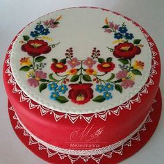 Cake decorated with traditional Hungarian folk pattern from Kalocsa. Pretty Cakes, Cute Cakes, Hungarian Cake, Fiesta Cake, Fancy Cupcakes, Frosting Techniques, Ice Cake, Painted Cakes, Cookie Designs