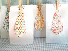 """Bolsas de regalo """"vestidas"""" para la fiesta! Via blog.fiestafacil.com / Gift bags """"dressed up"""" for the party!"""