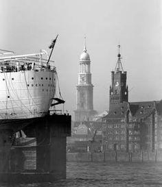 Zeitball und »Michel« in Hamburg, Fotographie Hans Hartz, Hamburg um 1930.