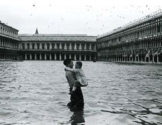 Gianni Berengo Gardin :: Acqua Alta, Venezia, 1960 more [+] by this photographer Vintage Photography, Creative Photography, Street Photography, Pedro Martinelli, Milan, Aqua, Famous Photos, Vintage Italy, Black Picture