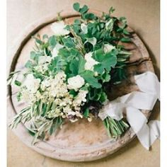 Love the simplicity  of  this  arrangement. #regram  @oncewed  #weddinginspiration #huntthatdress #floral