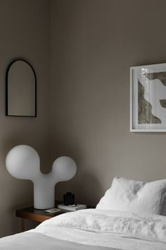 Beautiful Details + Graphic Expression by Sundling Kickén (The Design Chaser) Taupe Bedroom, Minimal Bedroom, Deco Addict, Chula, Farmhouse Bedroom Decor, Bedroom Styles, Wabi Sabi, Cheap Home Decor, Room Interior