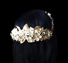 Corona novia porcelana fría. Corona flores. Accesorios novia. Tocado marfil y dorado. Peinado novia. Accesorios invitada boda. Peinado boda