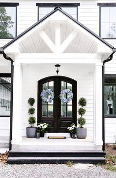 Modern Front Porches, Summer Front Porches, Front Porch Design, Summer Porch, Small Lanterns, Outdoor Living, Outdoor Decor, Outdoor Rooms, Porch Lighting