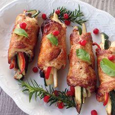 Sebzeli tavuk sarma,hem yapması kolay hem sağlıklı hemde şık görünüyor belki sizede bi fikir olur yanlız sebzeyi bizim gibi biraz diri…