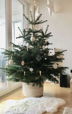Learn how to decorate for Christmas like a minimalist with these modern and simple Christmas decorating ideas! Add these scandinavian style christmas decor ideas to your minimalist christmas decorations this year for a cozy touch. Traditional Christmas Tree, Small Christmas Trees, Christmas Mood, Noel Christmas, Simple Christmas, Minimalist Christmas Tree, Scandinavian Christmas Trees, Black Christmas, Christmas Tree For Apartment