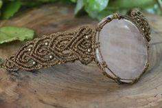 Nuevo collar en macrame hecho a mano con una piedra de cuarzo rosa y cuentas de color bronce, el cierre es con un nudo corredizo ajustable a la medida deseada.