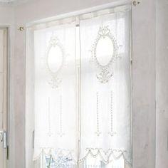 Feiner Sichtschutz: Diese Gardine beweist durch seine feinen, unaufdringlichen Stickereien echte Klasse.