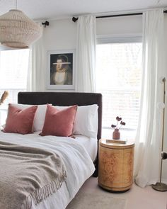 Bedroom decor inspiration for a fall mood featuring a pop of pink pillows and a natural burl wood nightstand and soft velvet headboard. #📷 @goldalamode