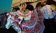 """En Panamá puede admirar los detalles de la típica y elaborada """"pollera"""", el traje típico utilizado en celebraciones nacionales y culturales.  Descubre más haciendo clic en la imagen."""